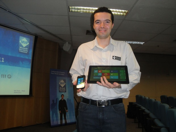 Eu com meu Windows Phone 7 e meu sonho de consumo: Samsung Windows Developer Preview (Tablet com Windows 8, do evento Build - California)