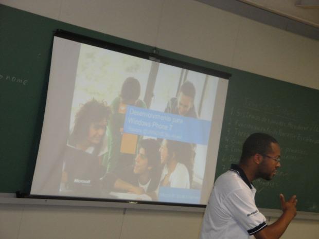 Denis Felix iniciando a palestra em Desenvolvimento para Windows Phone 7